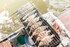 Tilapia met zout wordt gebakken dat royalty-vrije stock afbeeldingen