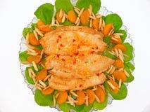 Tilapia piccante con gli aranci e le mandorle Fotografie Stock