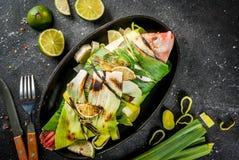 Tilapia rôti sur le gril en poireaux photos libres de droits