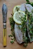 Tilapia van Nijl met kruiden en citroen Stock Afbeeldingen