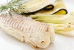 Tilapiini mit Gemüse lizenzfreies stockfoto
