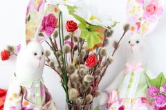 Tilde de lapins et un bouquet de saule de chat sur la paume dimanche et Pâques Image libre de droits
