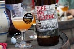 TILDONK BELGIA, WRZESIEŃ, - 04, 2014: Szkło złocisty Zur Samochód dostawczy Tildonk piwo rodzinny flemish browar Hof dziesięć Dor Obraz Stock