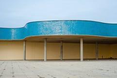 Tiled che bagna la struttura della località di soggiorno su passeggiata costiera immagine stock libera da diritti