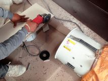 Tiler έκοψε το κεραμίδι από την αλέθοντας μηχανή και το συλλέκτη σκόνης στοκ εικόνα