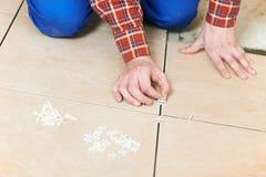 Tiler δίνει στο σπίτι την εργασία ανακαίνισης Στοκ εικόνες με δικαίωμα ελεύθερης χρήσης