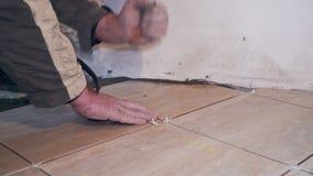 Tiler βάζει στα κεραμίδια πατωμάτων στενό στον επάνω δωματίων φιλμ μικρού μήκους