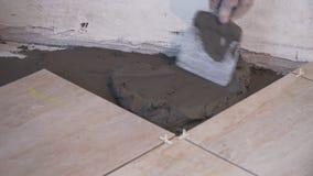 Tiler βάζει στα κεραμίδια πατωμάτων στην κινηματογράφηση σε πρώτο πλάνο δωματίων απόθεμα βίντεο