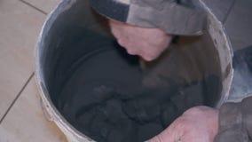 Tiler βάζει στην κινηματογράφηση σε πρώτο πλάνο κεραμιδιών πατωμάτων φιλμ μικρού μήκους