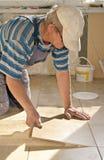tiler κεραμιδιών πατωμάτων Στοκ Φωτογραφίες