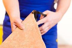 tiler πατωμάτων επικεράμωση κεραμιδιών στοκ εικόνες με δικαίωμα ελεύθερης χρήσης