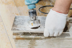 Tiler высекает отверстие в плитке Стоковые Фото