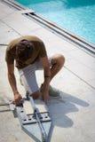 Tiler novo que trabalha cortando uma telha para pavimentar fotografia de stock