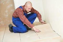 Tileren däckar hemma belägga med tegel renoveringarbete royaltyfri fotografi