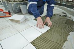Tilers на промышленной реновации tiling пола Стоковые Изображения RF