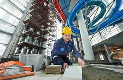 Tilers на промышленной реновации tiling пола Стоковые Изображения