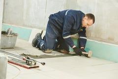 Tilers на промышленной реновации tiling пола Стоковое фото RF