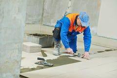Tilers на промышленной реновации tiling пола Стоковые Фотографии RF