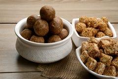 Tilgul nutritivo Laddu una comida especial para el sankranti makar imagenes de archivo