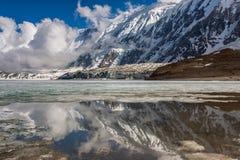 Tilicho湖在喜马拉雅山 免版税库存图片