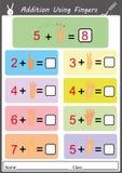 Tillägg genom att använda fingrar, matematikarbetssedel Royaltyfri Foto