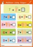 Tillägg genom att använda fingrar, matematikarbetssedel för ungar Royaltyfria Bilder