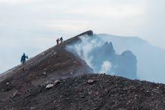 Till överkanten av den Etna vulkan arkivfoton