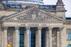 ` till den tyska folk`en - berömd byggnad av den tyska parlamentet i berlin Arkivbilder