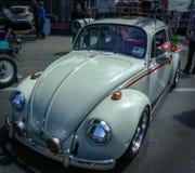Till drive-inbio i denna vit, går äldre VW buggar royaltyfri fotografi