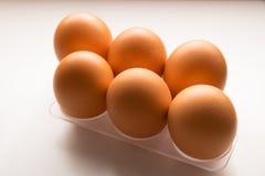 Till hälften dussin av rå ägg som isoleras i en vit bakgrund royaltyfri fotografi