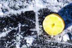 Till hälften en citron på is arkivbild
