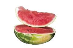Till hälften en skiva av den läckra mogna vattenmelon royaltyfria bilder