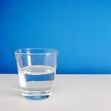 Till hälften tomt eller halvfullt exponeringsglas av vatten (#1) Royaltyfri Fotografi