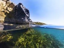 Till hälften undervattens- i havet Arkivfoto