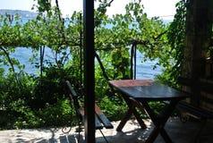 Till havet är mindre än 10 meter Sommar vilar Montenegro, stång Arkivbild