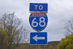 Till mellanstatlig huvudväg 68 med pilen som pekar, västra Maryland Fotografering för Bildbyråer