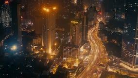 Till och med fönstret av Shangri-La hotells sikten för Shanghai natt stock video