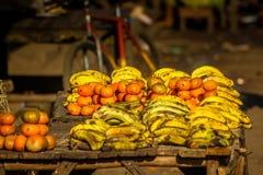 Till salu bananer och mandariner Royaltyfri Bild