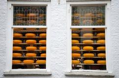 Till salu behind två fönster för ost royaltyfri foto