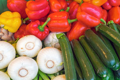 Till salu färgglade grönsaker royaltyfri fotografi