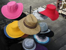 Till salu färgglade hattar Royaltyfri Fotografi