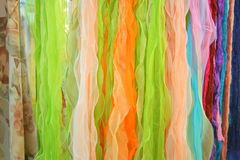 Till salu färgglade Scarves Arkivbild