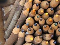 Till salu färgrika blyertspennor Arkivbild