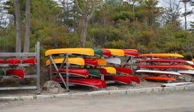Till salu färgrika kanoter royaltyfria foton