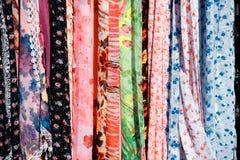 Till salu färgrika scarfs Arkivfoton