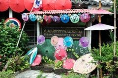 Till salu färgrikt handgjort paraply Arkivfoton