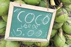 Till salu gröna dricka kokosnötter undertecknar in Brasilien Arkivbild