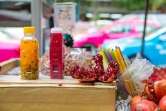 Till salu granatäpple- och passionfruktfruktsaft Fotografering för Bildbyråer