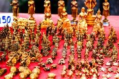 Till salu guld- thailändska amuletter Arkivfoton