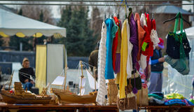 Till salu handgjord kläder royaltyfri bild